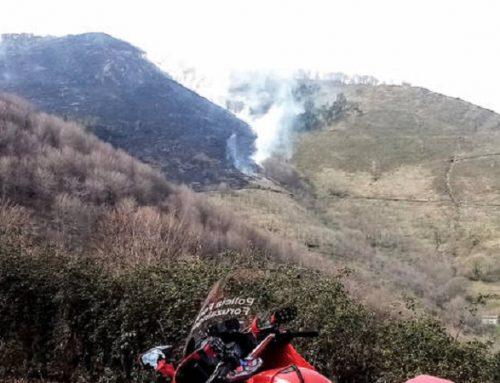 Un incendio forestal activo desde la pasada medianoche afecta a un monte de Erratzu