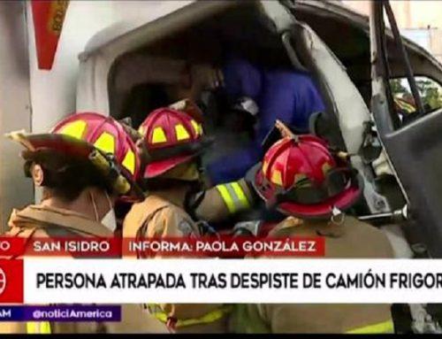 San Isidro: bomberos realizan esfuerzos para rescatar a hombre atrapado en camión frigorífico tras choque