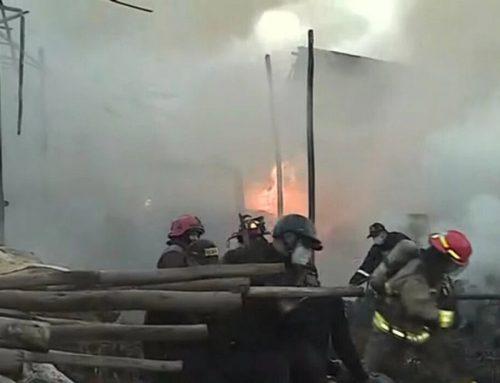 Puente Piedra: incendio en depósito de madera pone en riesgo a vecinos